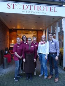 Mit-bewährtem-Team-starten-Christina-Peters-und-Tim-Janßen-(rechts)-als-neue-Pächter-des-Stadthotels-am-Bühnenhaus